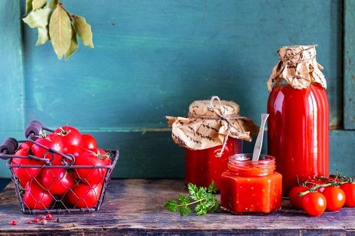 اب گوجه و ظرف پلاستیکی