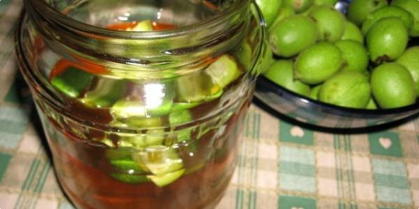 فواید عسل و گردوی سبز