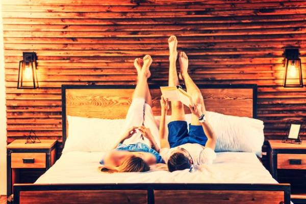 بالا گذاشتن پا در خواب