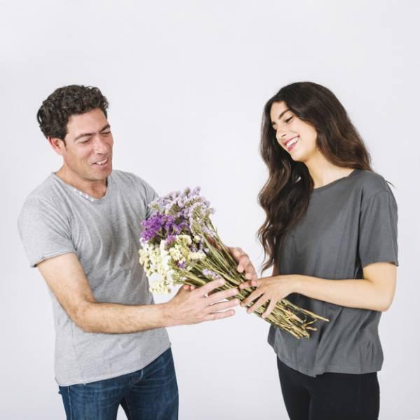 دادن گل به مرد