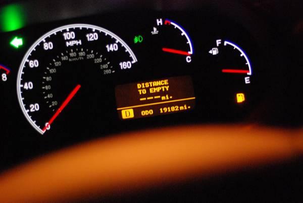 با چراغ روشن بنزین چقدر می تواند حرکت کند؟