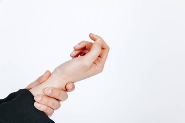 علت لرزش دست