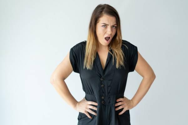 زن مدیر و عصبانی