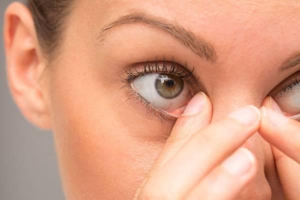 علت پف چشم در صبح