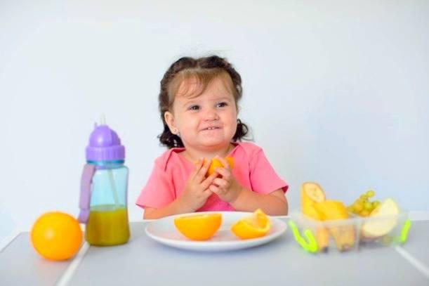 دادن خوراکی به کودک