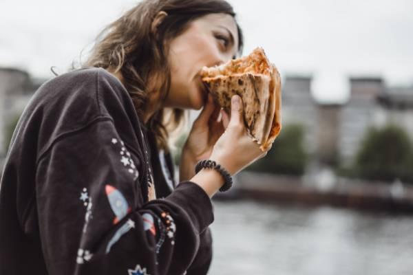 خوردن پیتزا