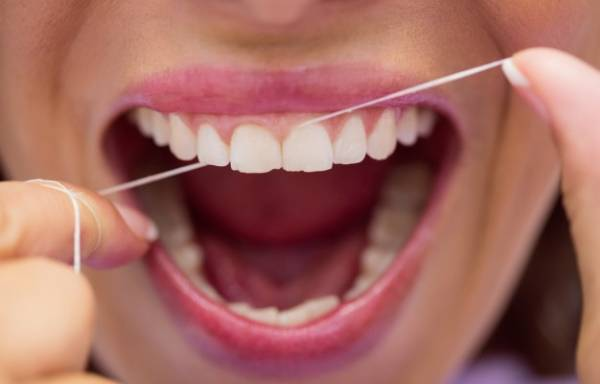 استفاده از نخ دندان