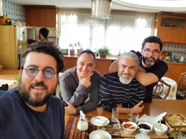 محسن کیایی در کنار برادرش و مهدی پاکدل