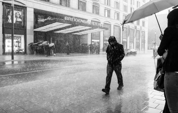 ایستادن زیر باران