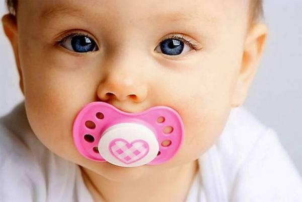 معایب خوردن پستانک برای نوزاد