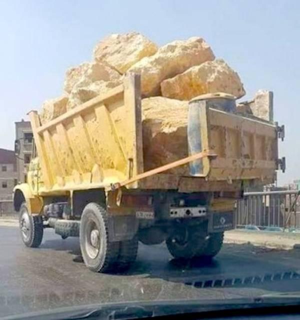 کامیون با بار سنگ