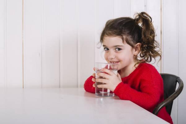 آب نوشیدن کودکان