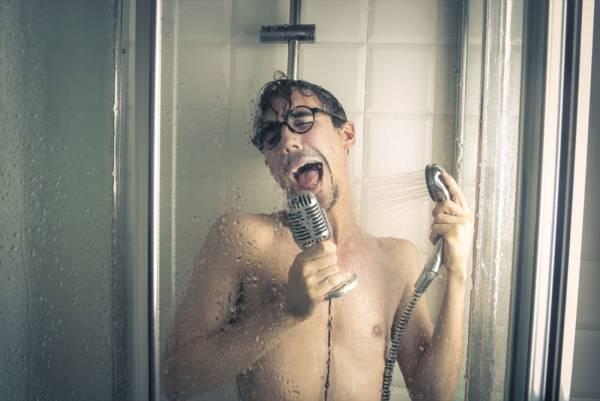 آهنگ خواندن در حمام