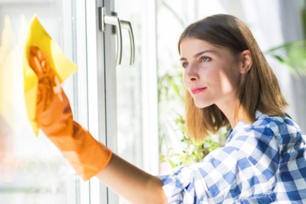 مراحل اصولی تمیز کردن شیشه پنجره ها