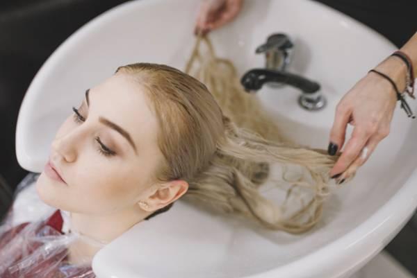 شستن موهای رنگ شده