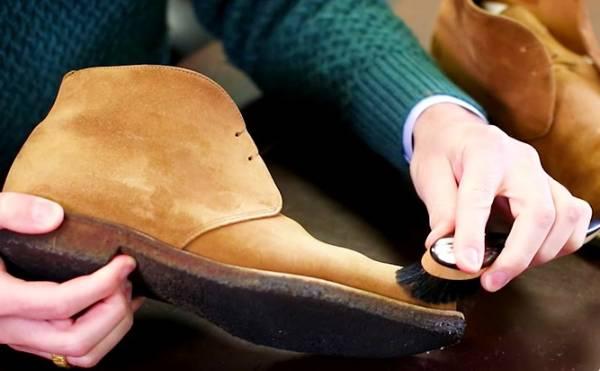 تمیز کردن کفش جیر با برس