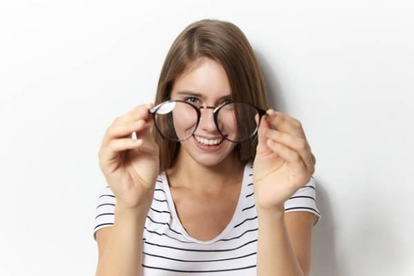 تمیز کردن شیشه عینک