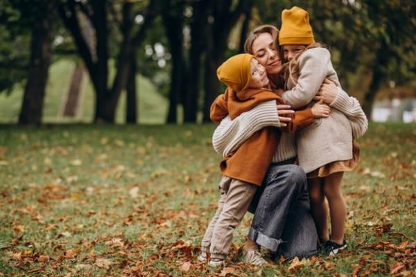 در آغوش گرفتن فرزندان