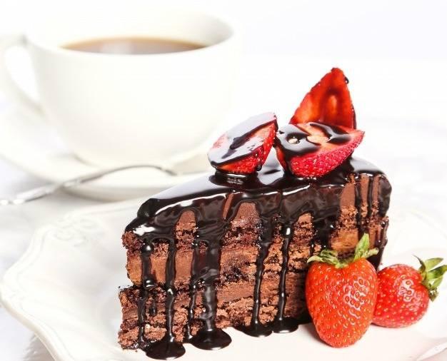 کیک شکلاتی و توت فرنگی